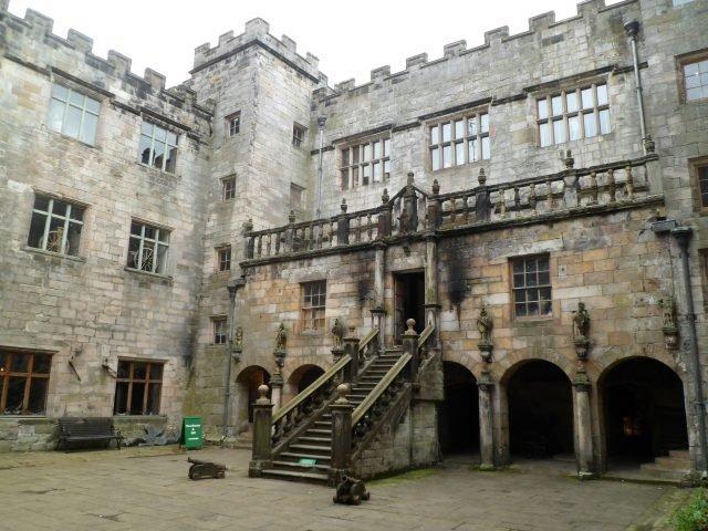Chillingham Castle Courtyard - Hadrianus1959 via Commons.Wikimedia CC-BY-SA 4.0
