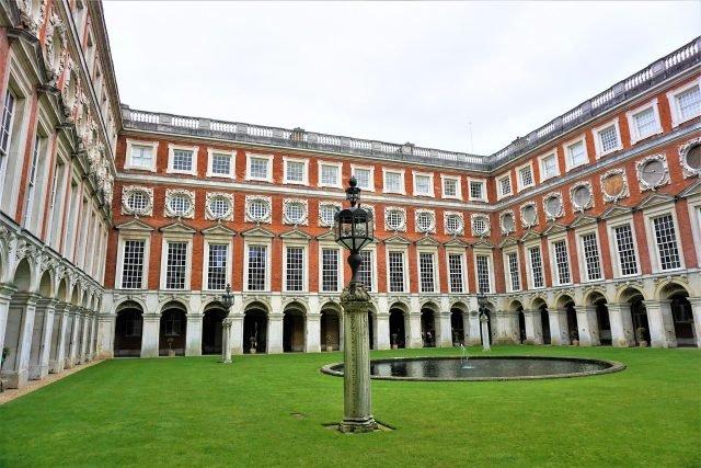Fountain Court - Joyofmuseums via commons.wikimedia CC BY-SA 4.0