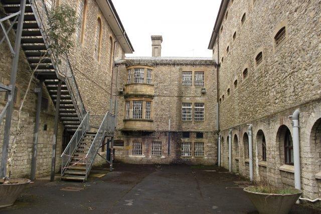 Shepton Mallet courtyard - Rodw via commons.wikimedia CC BY-SA 4.0