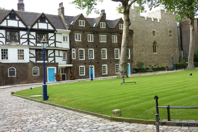 Tower Green and Beauchamp Tower - Pam Fray via commons.wikimedia CC BY-SA 3.0